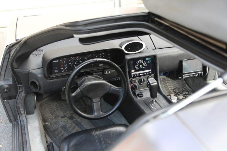 Ein DMC DeLorean reist dank Apple Produkten in die Gegenwart