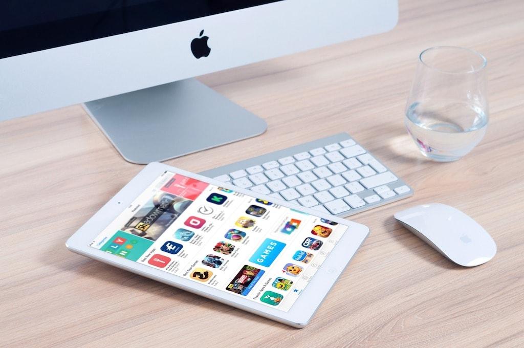 Mac, Tastatur und iPad mit App Store